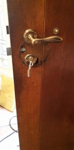 Alte Tür von Rundzylynder auf Profilzylinder umgebaut. Die Abdeckung der Innenseite der Tür wollte der Kunde selber fertigen.